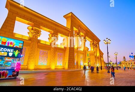 DUBAI, EAU - 5 DE MARZO de 2020: Las luces nocturnas decoran la fachada del pabellón de Egipto de Global Village Dubai, el 5 de marzo en Dubai