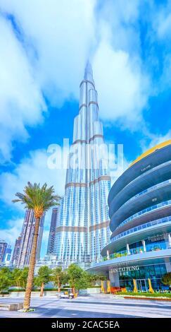 DUBAI, EAU - 3 DE MARZO de 2020: El paseo en el centro comercial Dubai Mall con edificio Burj Khalifa en el fondo, el 3 de marzo en Dubai