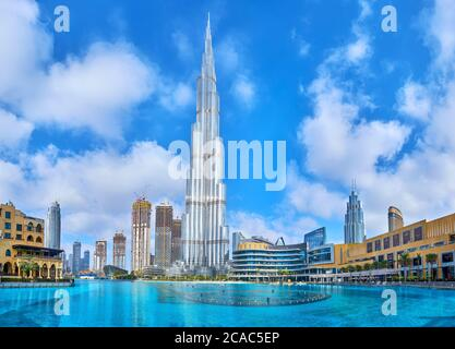 DUBAI, EAU - 3 DE MARZO de 2020: El paisaje urbano del moderno distrito del centro con el lago Burj Khalifa y el principal punto de referencia del barrio, Burj Khalifa b