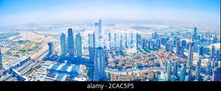 DUBAI, EAU - 3 DE MARZO de 2020: Panorama del moderno distrito del centro de Dubai desde Burj Khalifa, el 3 de marzo en Dubai