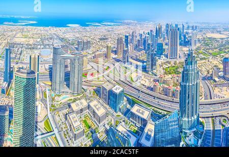 DUBAI, EAU - 3 DE MARZO de 2020: El paisaje urbano aéreo escénico desde la cima de la torre Burj Khalifa con rascacielos modernos y casas residenciales con costa