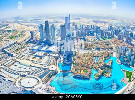 DUBAI, EAU - 3 DE MARZO de 2020: El distrito del centro es el lugar más querido debido a numerosos centros comerciales, mercados de moda, hoteles y entretenimiento principal