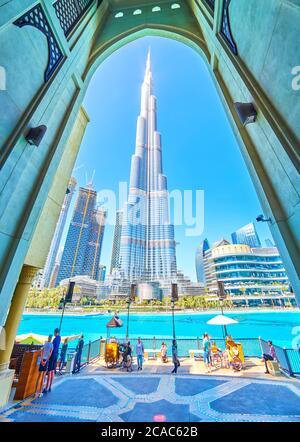 DUBAI, EAU - 3 DE MARZO de 2020: La vista sobre la torre Burj Khalifa a través del arco de entrada de al Bahar Souq, el 3 de marzo en Dubai