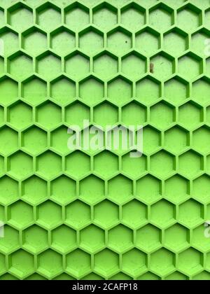 textura hecha de plástico verde en forma de panales de miel primer plano, fondo abstracto