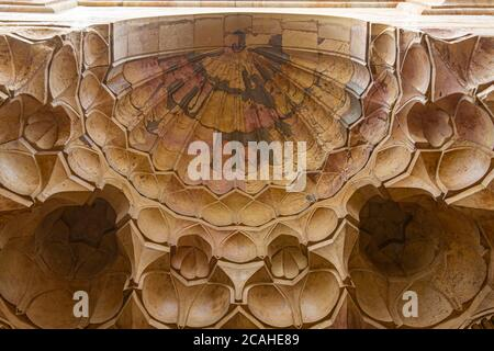 Damasco, Siria 03/28/2010: Bug eye vista de racimos de cúpula cóncava o media cúpula tallados en piedra adornar el techo de una puerta de entrada en un historii Foto de stock