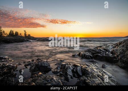 Cielo al atardecer sobre el Lago Superior, Wawa, Ontario, Canadá