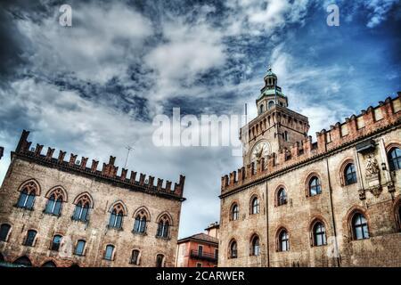 Palazzo d'Accursio y Palazzo dei notai en Bolonia en hdr efecto de asignación de tonos