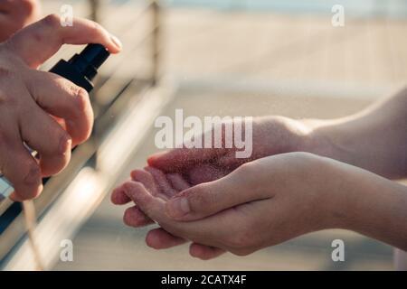 Desinfección de manos con un desinfectante para la desinfección y destrucción de virus en sus manos bebé.