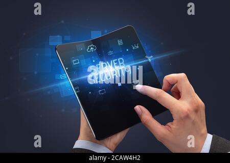 Empresario sosteniendo un teléfono inteligente con el servidor de seguridad plegable inscripción, concepto de seguridad cibernética