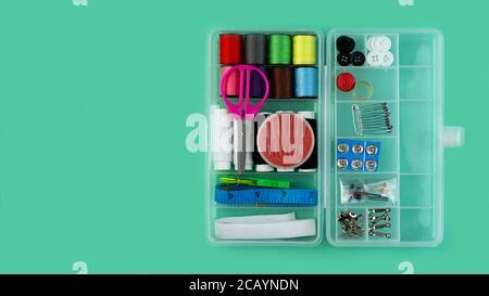 Una pancarta con un kit de costura: Tijeras, cinta métrica, dedales, hilos y botones. Concepto de creatividad de costura.