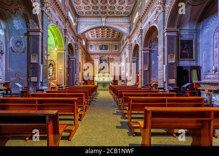 Bancos de madera en una fila dentro de San Giovanni Battista - antigua iglesia parroquial en Alba, Italia.