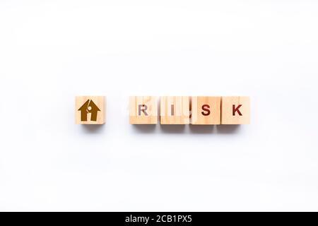 Cubos con palabra de riesgo sobre fondo blanco. Concepto de gestión de riesgos.