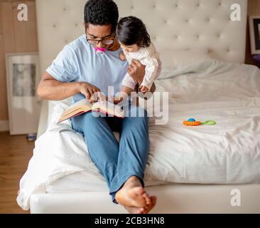 buen padre pasando tiempo con su adorable hija, fin de semana, vacaciones, día libre con un niño, pasatiempo favorito, espacio de copia