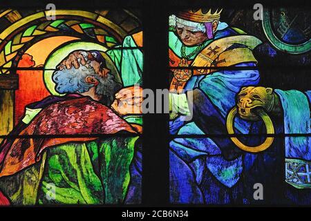 Una escena de la vida de los hermanos santos Cirilo y Metodio, en vívida 1930 vidrieras por el influyente artista Art Nouveau Alphonse Mucha para la capilla del nuevo arzobispo en la Catedral de San Vito en Praga, capital de la República Checa. Los santos, misioneros eslavos moravos, ayudaron a difundir el cristianismo al Traducir la Biblia en un idioma que los eslavos podían entender y al idear un alfabeto eslavo para transcribirlo. Alphonse o Alfons Maria Mucha (1860-1939) fue un prolífico pintor, ilustrador y artista gráfico Art Nouveau.