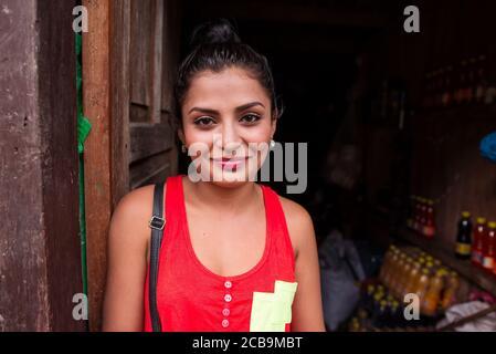 El Castillo / Nicaragua - 30 de julio de 2019: retrato de una hermosa niña nicaragüense en una casa de madera en el pueblo de el Castillo