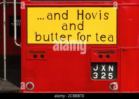 ' … Y Hovis y mantequilla para el té': Versión pintada a mano del eslogan publicitario utilizado en 1954 por la empresa británica de harina y pan Hovis Ltd (fundada en 1886, parte de la fila Hovis McDougall desde 1962 y ahora una Marca Premier Foods), en la parte posterior de JXN 325, un Routemaster de Transporte de Londres (RT 935) Autobús de dos pisos exhibido en julio de 2013 en el 50 aniversario Woodcote Steam and Vintage Transport Rally en Woodcote, Oxfordshire, Inglaterra. El autobús AEC Regent III, construido en 1949, fue retirado del servicio a principios de los años 60 y comprado para su conservación en 1971.