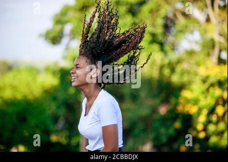 Niña africana jugando y bailando en la naturaleza Foto de stock