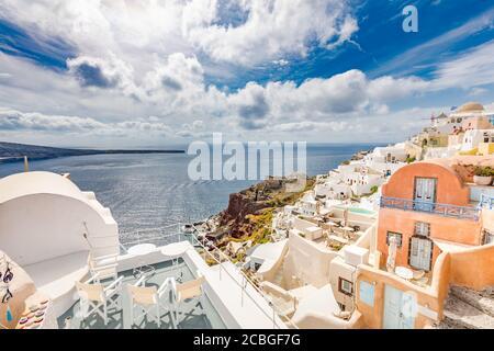 Vista de Oia el pueblo más hermoso de la isla de Santorini en Grecia durante el verano. Paisaje griego, aventura vacaciones de verano
