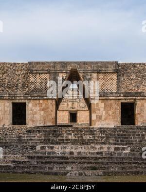 La entrada principal en el cuadrilátero de Nunnery es a través de un puerta del arco de corbel en el centro del edificio sur En las ruinas mayas prehispánicas de