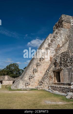 El lado oeste de la Pirámide del Mago se enfrenta al cuadrilátero de las aves en las ruinas de la ciudad maya de Uxmal en Yucatán, México. Pre-Hispan