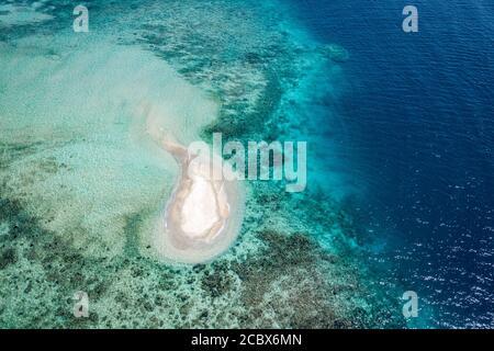 vista aérea en una pequeña isla de arena en el océano azul