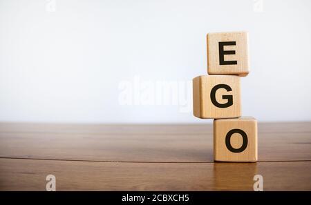 Concepto de palabra 'mm' en cubos sobre una hermosa mesa de madera, fondo blanco. Marketing en redes sociales. Concepto de negocio. Espacio de copia.