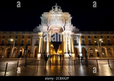 Punto de referencia histórico Rua Augusta Arch en la Plaza Comercio en Lisboa, Portugal.