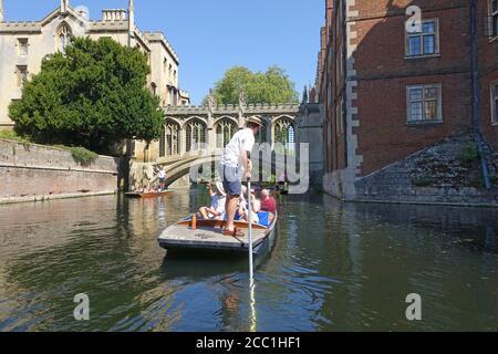 Cambridge, Reino Unido 31 de julio de 2020: Golpeando a lo largo de las universidades en el río Cam en Cambridge