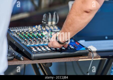 Controlador de mezclador DJ. DJ música de control de manos en la fiesta al aire libre. Equipo de audio profesional para conciertos de rock, fiestas de baile de discoteca o bodas.