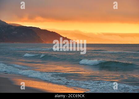 Hermoso fondo de la naturaleza.nubes de colores increíbles.Reflexiones de agua.Fondos artísticos.Fotografía creativa.Cielo anaranjado.paisaje del mar de la puesta de sol del verano. Foto de stock