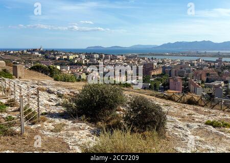 Vista de la ciudad de Cagliari en Cerdeña desde el Castillo de San Michele en un caluroso día de verano.