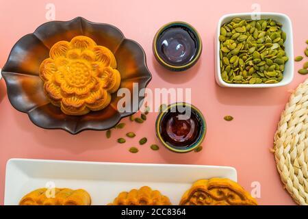 Flat Lay mediados del festival de otoño comida y bebida de colores sobre fondo rosa dulce. Viaje, vacaciones, concepto de comida