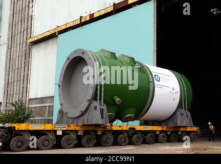 VOLGODONSK, REGIÓN DE ROSTOV-ON-DON, RUSIA - 13 DE AGOSTO de 2020: Envío de un reactor a presión y un generador de vapor desde la planta de Atomash, una rama de producción de AEM-Technologies, para la primera unidad de energía de la central nuclear de Rooppur, que actualmente está en construcción en Bangladesh. El primer reactor WWER-1200 fabricado por la planta de Atomash para países no pertenecientes a la CEI es de más de 330 toneladas de peso, 13 metros de altura y 4.5 metros de diámetro. Valery Matytsin/TASS