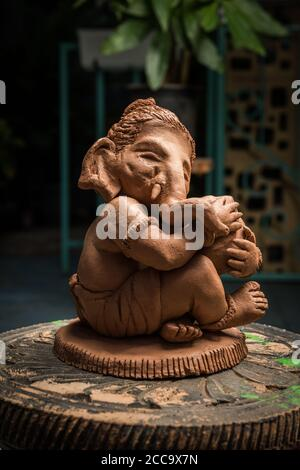 Casa hecho ecológico ganesha o ganpati ídolo para ganesh Chaturthi o festival Foto de stock