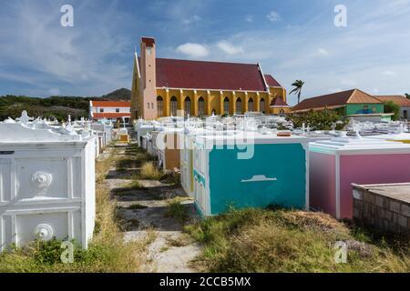 El cementerio de la Iglesia Católica de San José, una iglesia parroquial en la ciudad de Barber en la isla caribeña de Curacao en las Antillas Holandesas.