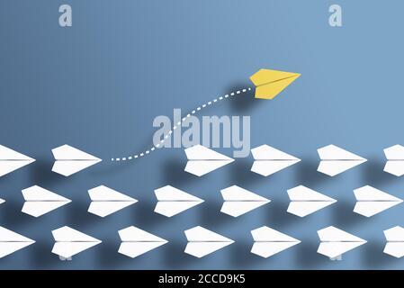 aviones de papel en una fila sobre fondo azul y un planeador de papel que va en dirección diferente, rompiendo nuevo terreno y saliendo del concepto de la línea