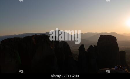 Meteora, un vasto complejo de gigantescos pilares de roca con monasterios. Puesta de sol en Grecia. Foto de stock