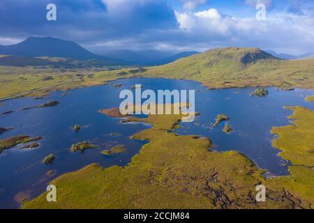 Vista aérea de Lochan na h-Achlaise en Rannoch Moor en verano, Escocia, Reino Unido