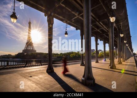 Torre Eiffel vista desde el puente contra el cielo azul durante el día soleado, París, Francia