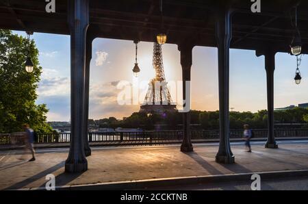 Torre Eiffel vista desde el puente contra el cielo azul durante el amanecer, París, Francia