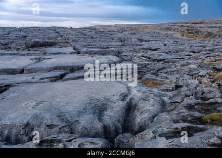 Paisaje kárstico de los Burren al atardecer en el Condado Clare, provincia de Munster, bordeado al oeste por el Océano Atlántico, en la costa de Irlanda
