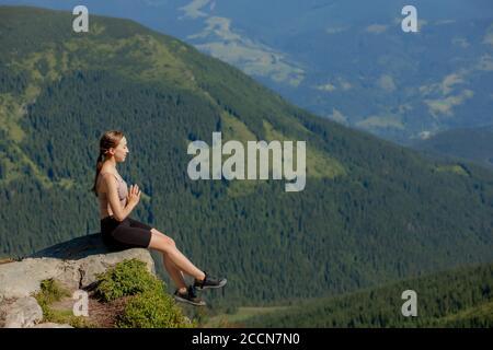 Yoga, Meditación. Mujer balanceada, practicando meditación y yoga de energía zen en las montañas. Chica haciendo deporte de ejercicio al aire libre en la mañana