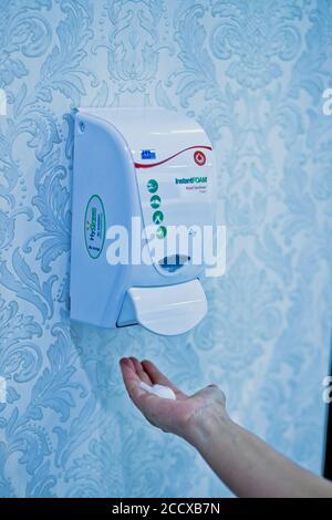 uso de la lavadora de pared con desinfectante para manos