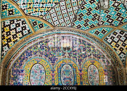 Teherán Irán. Abril 08 2019: La hermosa pared de mosaico geométrico y cúpula del Palacio de Golestán, data del siglo 16. Sitio del patrimonio mundial de la UNESCO.