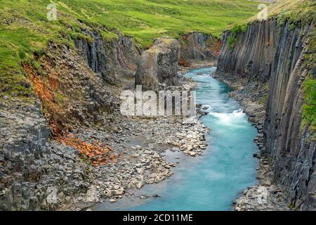 Río glaciar Jökla y columnas de basalto, formaciones rocosas volcánicas en Studlagil / Cañón Stuðlagil, Jökuldalur / Valle del Glaciar, Austrurland, Islandia