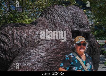Nueva York, EE.UU. 25 de agosto de 2020. Tourist poses junto a la enorme escultura de gorila por Gillie y Marc Schattner en el Parque Bella Abzug de Hudson Yards. La nueva obra, titulada el rey Nyani (palabra swahili para gorila) es capaz de encajar impresionantemente a dos o tres seres humanos dentro de su mano. Crédito: John Nacion/SOPA Images/ZUMA Wire/Alamy Live News