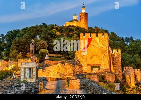 Veliko Tarnovo, Bulgaria. Tsarevets Fortaleza en un hermoso verano luz de hora azul.