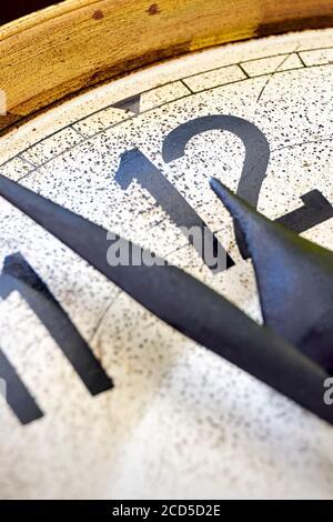 Detalle de reloj antiguo clásico muestra de 2 minutos a las 12 en punto. Concepto de fin de año o cuenta atrás.
