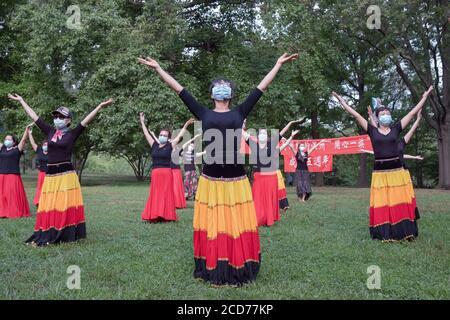 Bailarines chinos americanos de la compañía Wenzhou America New York celebran su quinto aniversario con una actuación en un parque en Queens, Nueva York.