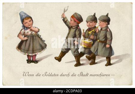Postal histórica alemana: Niños como adultos: Cuando los soldados marchan por la ciudad. Niños con uniformes militares. World War One, Alemania, 1914-1918